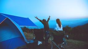 Mujeres del amante y naturaleza asi?tica del viaje de los hombres El viaje se relaja E El acampar en la monta?a mire la subida de fotografía de archivo libre de regalías
