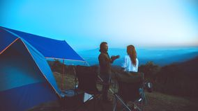 Mujeres del amante y naturaleza asi?tica del viaje de los hombres El viaje se relaja E El acampar en la monta?a mire la subida de fotos de archivo libres de regalías