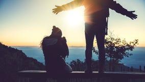 Mujeres del amante y naturaleza asi?tica del viaje de los hombres El viaje se relaja E r r fotografía de archivo libre de regalías