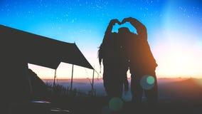 Mujeres del amante y naturaleza asi?tica del viaje de los hombres El viaje se relaja E r r fotografía de archivo