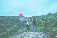 Mujeres del amante y naturaleza asi?tica del viaje de los hombres El viaje se relaja El soporte ajardina la niebla natural del ta fotos de archivo libres de regalías
