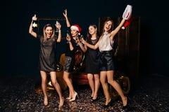 Mujeres del baile con champán en la fiesta de Navidad Fotografía de archivo libre de regalías