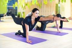 Mujeres del grupo que estiran el ejercicio traning en gimnasio Fotos de archivo