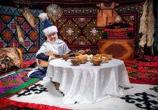Mujeres del Kazakh con dombra en el yurt imagen de archivo libre de regalías