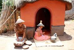 Mujeres del Sotho en la casa tribal en el pueblo cultural de Lesedi, Afr del sur Fotos de archivo