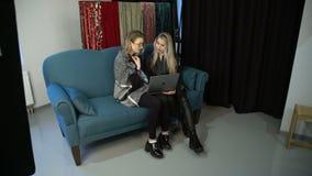 Mujeres del trabajo en equipo de la discusión del intercambio de ideas de la comunicación almacen de video