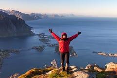 Mujeres deportivas en el top de la montaña sobre el océano fotos de archivo libres de regalías
