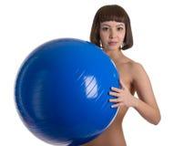 Mujeres descubiertas con la bola azul Foto de archivo libre de regalías
