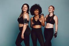 Mujeres diversas del grupo en ropa de deportes imágenes de archivo libres de regalías