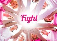 Mujeres diversas que sonríen en el rosa que lleva del círculo para el cáncer de pecho imagen de archivo