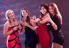 Mujeres elegantes que tuestan con champán Imagen de archivo