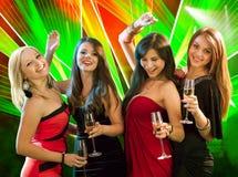 Mujeres elegantes que tuestan con champán Imagenes de archivo