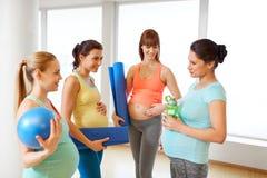 Mujeres embarazadas con el equipo de deportes en gimnasio fotos de archivo