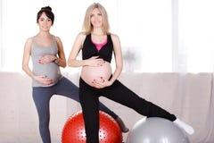 Mujeres embarazadas con las bolas gimnásticas grandes Fotografía de archivo libre de regalías