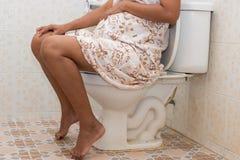 Mujeres embarazadas del concepto del estreñimiento foto de archivo