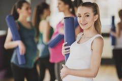 Mujeres embarazadas en el gimnasio Foto de archivo libre de regalías