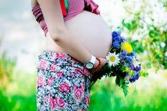 Mujeres embarazadas felices al aire libre en el jardín Imagenes de archivo