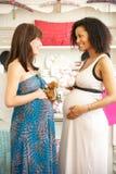 Mujeres embarazadas hacia fuera que hacen compras Imágenes de archivo libres de regalías