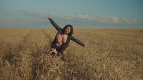 Mujeres emocionadas que fluyen el vídeo en línea en naturaleza metrajes