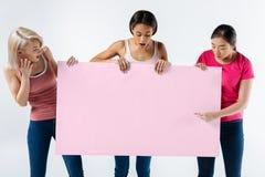Mujeres emocionales agradables que leen el lema imagenes de archivo