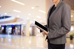 Mujeres en alameda de compras usando Tablet PC móvil Imagen de archivo