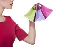Mujeres en alineada roja con pocos bolsos de compras imagen de archivo