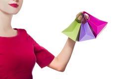 Mujeres en alineada roja con pocos bolsos de compras foto de archivo