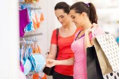 Mujeres en almacén de ropa Imágenes de archivo libres de regalías
