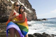 Mujeres en amor con el arco iris lesbiano plano Imagen de archivo