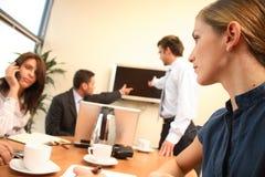 mujeres en asunto. grupo de personas durante trabajo en una oficina Imagen de archivo libre de regalías