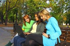 Mujeres en banco Fotografía de archivo libre de regalías