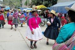Mujeres en Bolivia y ropa y sombreros tradicionales de Perú fotos de archivo