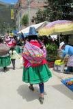 Mujeres en Bolivia y ropa y sombreros tradicionales de Perú en el mercado imagen de archivo