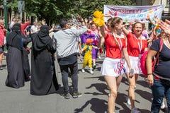 Mujeres en burqas que saludan el desfile en el festival de Sokol en fotos de archivo libres de regalías
