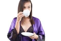 Mujeres en café de consumición de la ropa de noche del satén fotos de archivo