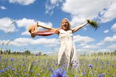 Mujeres en campo de flor Imagen de archivo libre de regalías