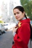 Mujeres en capa roja en la calle Foto de archivo libre de regalías