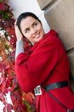 Mujeres en capa roja en la calle Fotos de archivo