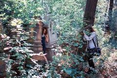 Mujeres en cementerio Imagen de archivo libre de regalías