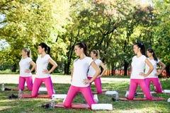 Mujeres en clase de aeróbicos. Fotos de archivo libres de regalías
