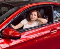 Mujeres en coche rojo Fotos de archivo libres de regalías