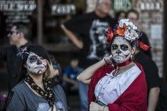 Mujeres en Dia De Los Muertos Makeup Imágenes de archivo libres de regalías