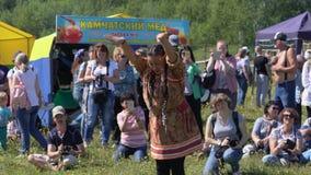 Mujeres en el aborigen nacional de la ropa del baile de la expresión de Kamchatka