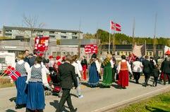 Mujeres en el bunad de trajes noruegos tradicionales coloridos Imagen de archivo