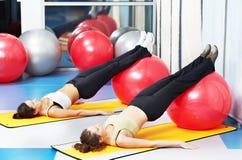 Mujeres en el ejercicio con la bola de la aptitud Imagen de archivo libre de regalías
