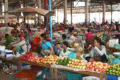 Mujeres en el mercado de la mañana en Vientián Imagen de archivo libre de regalías