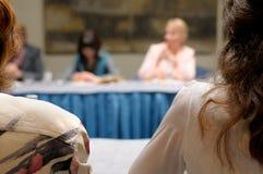Mujeres en el seminario del asunto. Foto de archivo