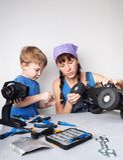 Mujeres en el trabajo de los hombres: La mamá ayuda a su hijo con la fijación un modelo con errores radio-controlado fotografía de archivo