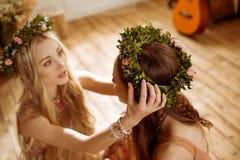 Mujeres en guirnaldas florales Fotografía de archivo libre de regalías