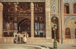 Mujeres en Hijab que caminan más allá de la terraza real del palacio de Golestan Foto de archivo